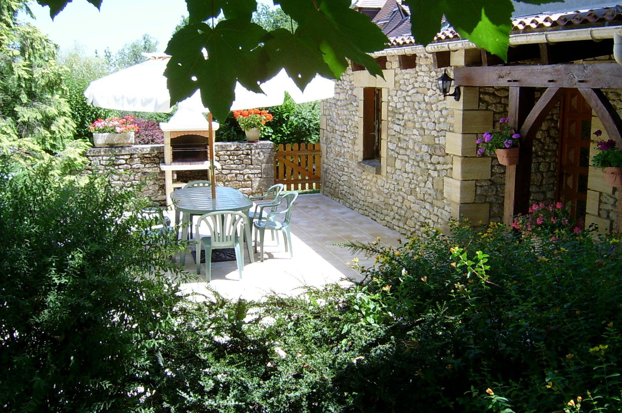 le salon de jardin sur la terrasse à l\'entrée de la location